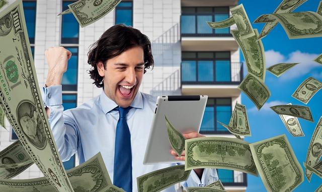 imagem contém um homem vendo resultado rodeado por notas de dinheiro