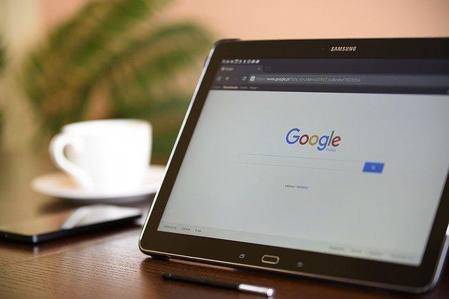 imagem do computador de um afiliado aberto na tela do google