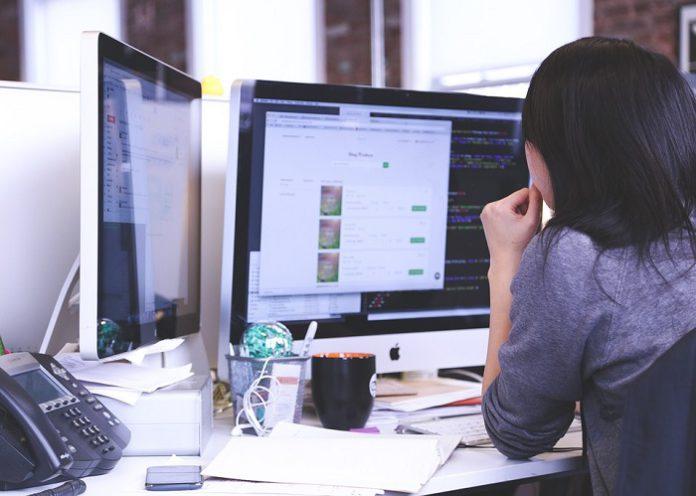 Pessoa trabalhando no ambiente digital