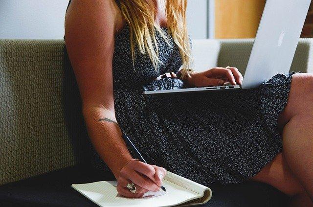 pessoa sentada em frente ao computador