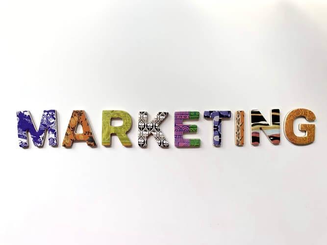 """letras coloridas formando """"marketing"""""""