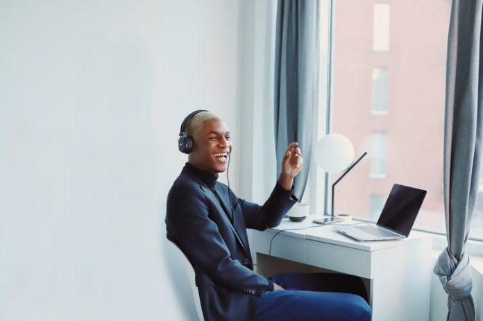 homem ouvindo música no notebook