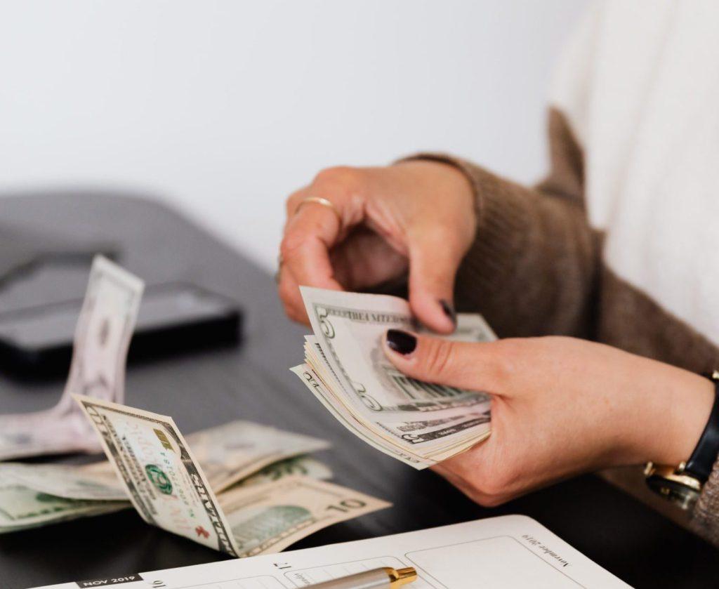 mulher contando dinheiro em espécie para independência financeira